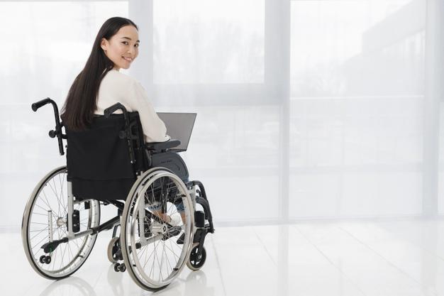 En kvinde sidder i en kørestol