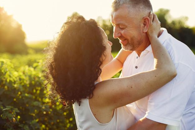 Et voksent par kigger romantisk på hinanden i en sommersol