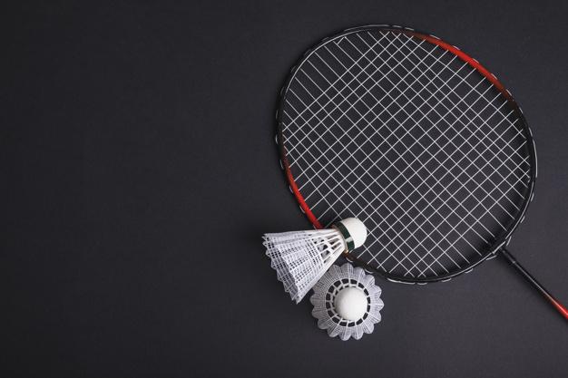 En badmintonketcher og 2 fjerbolde
